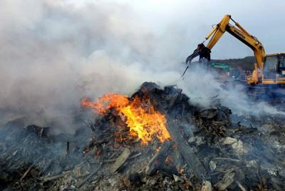 集められ燃やされる被災した家屋などの木材=宮城県南三陸町で2011年4月30日午後4時13分、小林努撮影
