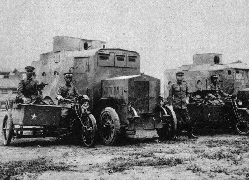 出動態勢をとる日本軍の装甲自動車隊(1914年)