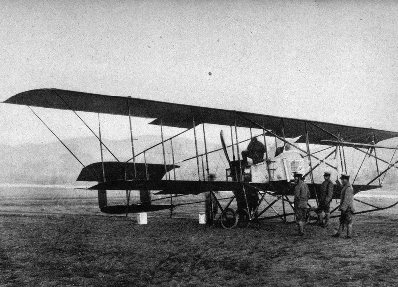第一次世界大戦に参加した我が国最初の軍用機「モーリスファルマン機」(1914年撮影)