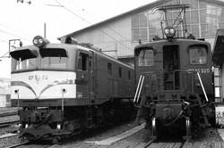 機関区で体を休めるEF58型電気機関車と、同世代のEF15型電気機関車=大阪府の竜華機関区で1982年ごろ、金盛正樹撮影