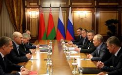 会談するプーチン(右側の手前から2人目)とルカシェンコの両大統領(左側の手前から2人目)=2020年2月、ロシア大統領府のホームページから