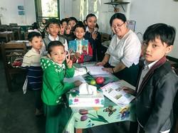 ヤンゴンの小学校では、多くの子どもがタナカをほおや鼻に塗っている=2019年12月 筆者撮影