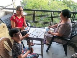 バルコニー・タンボーラでストレス解消する人々 JICA撮影