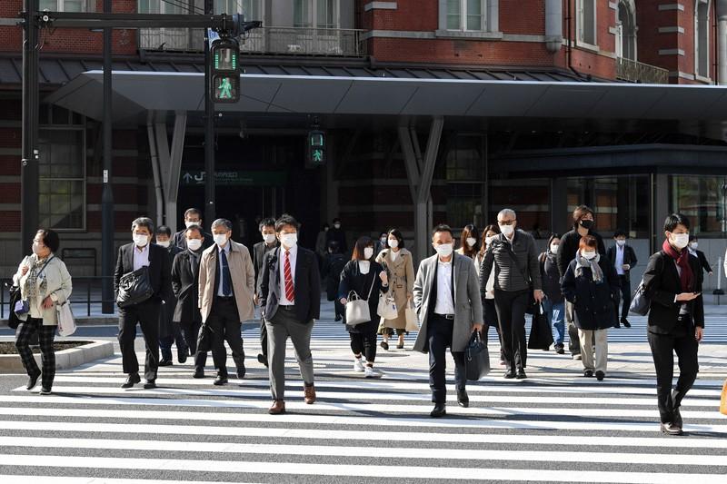マスクをつけて通勤する人たち=東京都千代田区で2020年4月15日午前8時8分、北山夏帆撮影