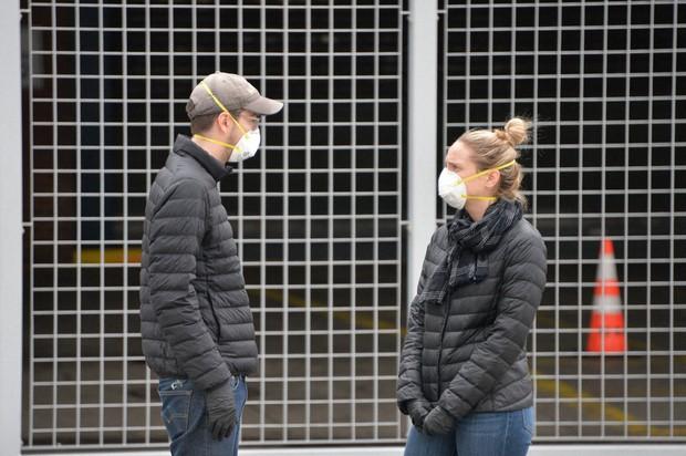 マスク姿で、一定の距離を置いて会話する市民=米ニューヨークで2020年3月31日、隅俊之撮影
