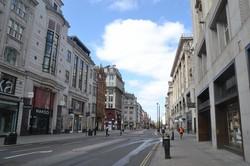 外出禁止措置が発動され、ロンドン中心部でも有数の目抜き通り、オックスフォード・ストリートは店も閉まり閑散としている=2020年4月14日、服部正法撮影