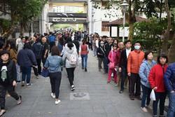 総統選の投票日には早朝から投票所に有権者の行列ができた=台湾北部・新北市で2020年1月11日、福岡静哉撮影