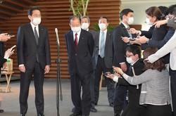 新型コロナウイルスの感染拡大を受けた国民への現金給付について安倍晋三首相と協議後、記者団の質問に答える自民党の二階俊博幹事長(左から2人目)と岸田文雄政調会長(左端)=首相官邸で2020年4月16日午後0時40分、竹内幹撮影