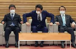 緊急経済対策を決めた臨時閣議に臨む安倍晋三首相(中央)。右は麻生太郎副総理兼財務相、左は茂木敏充外相=首相官邸で2020年4月7日、竹内幹撮影