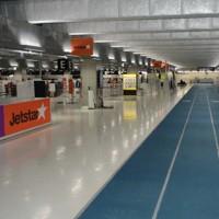 歩く人がまばらなLCC専用の第3旅客ターミナルの通路=成田空港で