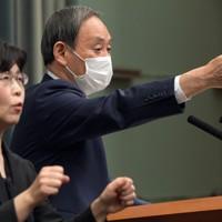 記者会見する菅義偉官房長官=首相官邸で2020年4月20日午前11時32分、竹内幹撮影