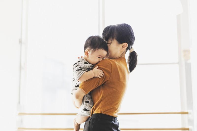 子どもを抱く母親=本文とは関係ありません。