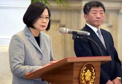 記者の質問に答える蔡英文総統(左)と陳時中・本部長=台北市の総統府で2020年4月1日、福岡静哉撮影