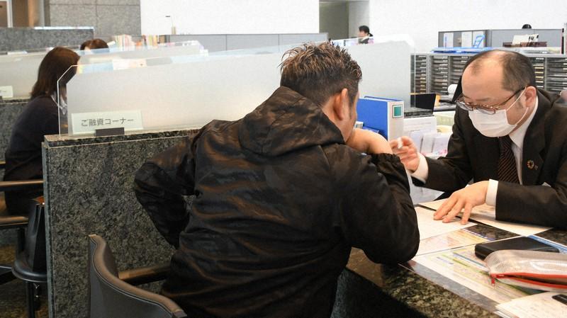 緊急融資を受け付けている金融機関の窓口=群馬県高崎市内で2020年3月18日、増田勝彦撮影
