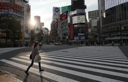 緊急事態宣言の発令から2週間、人影もまばらな渋谷駅前のスクランブル交差点=東京都渋谷区で2020年4月21日午後5時3分、長谷川直亮撮影