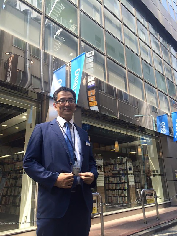 リブロの池袋本店閉店当日に、本店の前で=2015年7月20日(辻山良雄さん提供)