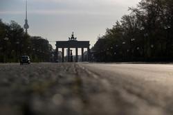 制限緩和をめぐり各国の判断が注目される(車通りがほとんどないベルリン市内)(Bloomberg)