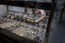 イスタンブールのグランバザールに並ぶ金の宝飾品(Bloomberg)