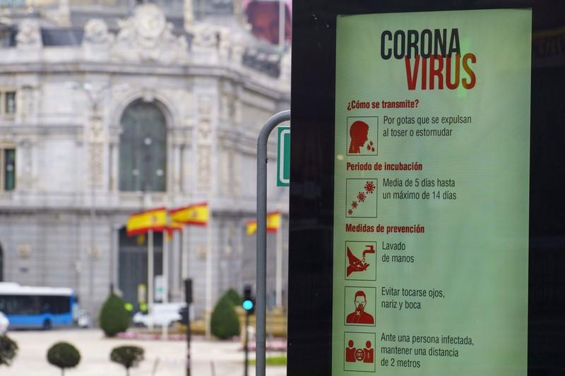 スペイン中央銀行付近の広場にある感染防止情報(Bloomberg)