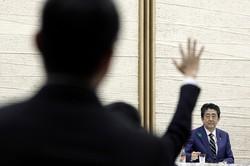 安倍晋三首相の表情に浮かんだ疲労の色は無力感からか(首相官邸で4月7日)(Bloomberg)