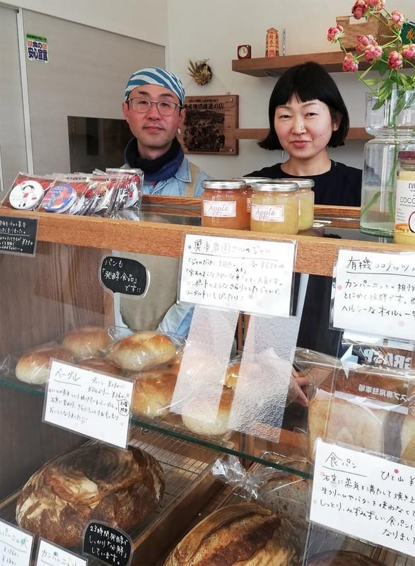 「石窯パン ハル」の春野里美さん(右)と仁宣さん夫妻(長野県上田市)(筆者撮影)