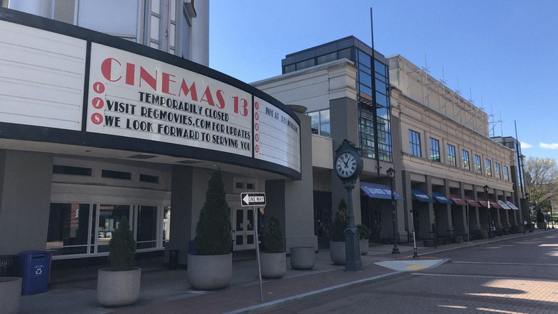州政府の営業停止命令で休館中の映画館。果たしていつ営業を再開できるのか=米ワシントン近郊で4月2日、中井正裕撮影