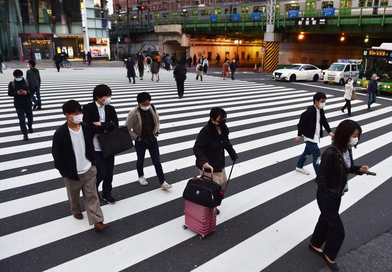 政府の緊急事態宣言から2週間、人通りが減った帰宅時間帯の新宿駅周辺=東京都新宿区で2020年4月21日午後6時12分、滝川大貴撮影