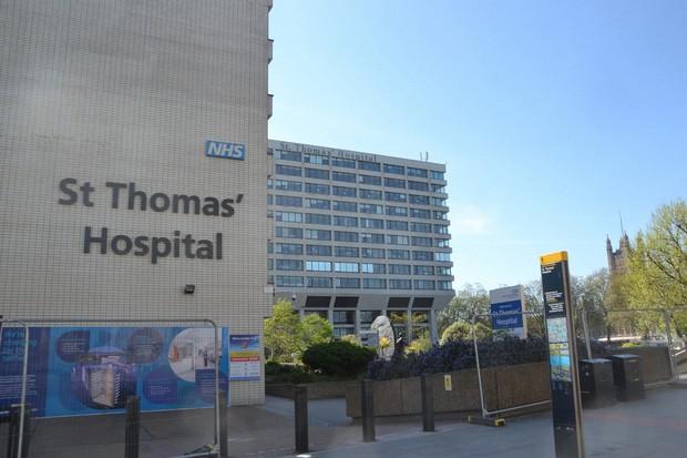 新型コロナウイルスに感染した英国・ジョンソン首相が搬送され、4月12日まで入院していたセント・トーマス病院=ロンドン中心部で2020年4月14日、服部正法撮影