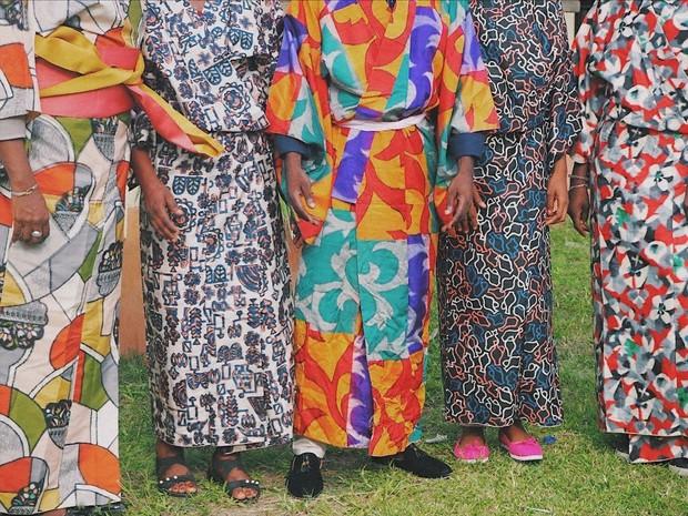 2019年3月にコンゴ民主共和国で開いた銘仙のワークショップ。銘仙を紹介し、着付けをした=太田遥月さん撮影