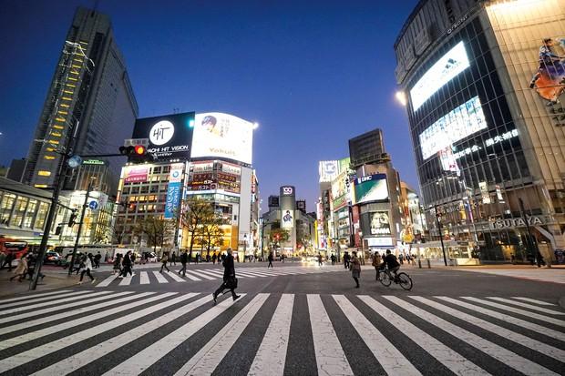 街に活気が戻るのがいつか(東京・渋谷のスクランブル交差点) (Bloomberg)