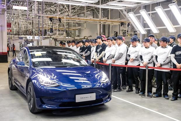 ギガファクトリー3で生産した主力の「モデルS」を送り出すテスラの従業員 (Bloomberg)