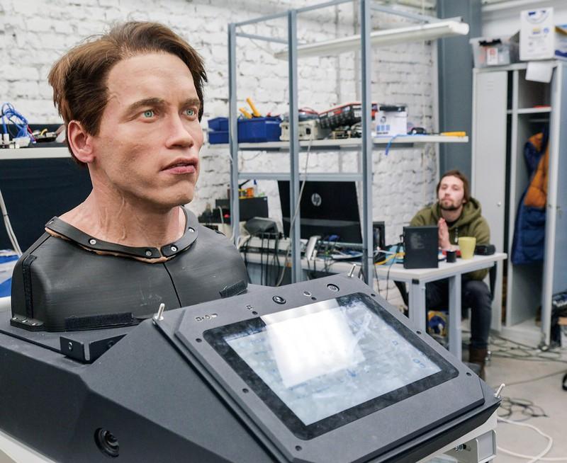 シュワルツェネッガー氏をまねたロボット(ペルミで219年12月) 筆者撮影