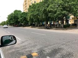 人通りのない街角。人々は政府の方針を支持、外出を控えている=グルガオン 中島美千子撮影
