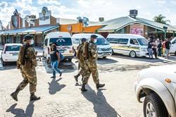 外出禁止については、国防軍と警察が監視にあたっている (Bloomberg)