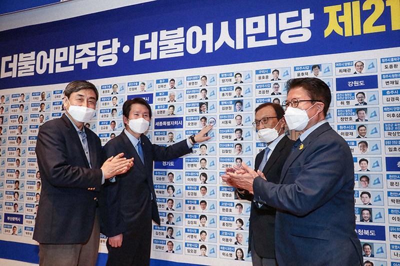 2020年4月15日夜、韓国総選挙の開票作業を見守りながら、当選した候補者名簿に印をつける与党・共に民主党の李海瓉代表(右から2番目)=共に民主党提供