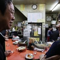 新型コロナウイルスの緊急事態宣言が発令される約3週間前、仕事帰りの客がふらりと訪れ、つかの間の時間を過ごしていた=大阪市福島区で、小出洋平撮影