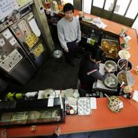 誰にも背を向けることなく、どこの席にいても店内を見渡せる「コ」の字のカウンター=大阪市福島区で、小出洋平撮影