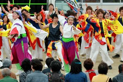 阪神大震災の被災者らが設立したチーム「颯爽JAPAN」が企画、地元チームも参加し、避難所で披露されたよさこい踊り=宮城県名取市の増田西小で2011年5月1日午後4時15分、森田剛史撮影