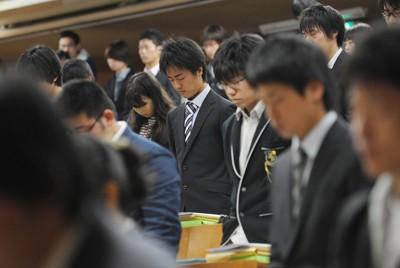 1カ月遅れで行われた東北大の入学式で、東日本大震災の犠牲者に黙とうする新入生たち=仙台市青葉区で2011年5月6日午前10時33分、丸山博撮影