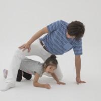 親子体操「トンネルジャンプ」(写真は「ひざトンネル」)=「親子でからだあそび」より