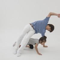 親子体操「トンネルジャンプ」(写真は「片手トンネル」)=「親子でからだあそび」より
