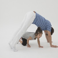 親子体操「トンネルジャンプ」(写真は「くまトンネル」)=「親子でからだあそび」より