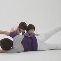 親子体操「たたみ返し」=「親子でからだあそび」より