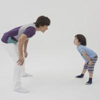 親子体操「タッチ&タッチ」 親がパッと出した手に子どもが素早くタッチ。30秒以内に何回タッチできるか=親子体操の写真は佐藤さんの著書「親子でからだあそび」(世界文化社)より。カメラマン・吉岡靖晃さんが撮影しました