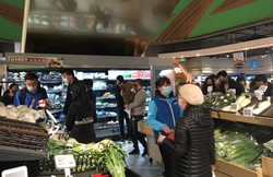 人々は日常を取り戻しつつある(アリババ運営の「フーマー」上海店)=岡三証券上海駐在員事務所提供
