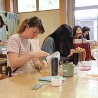 体験工房ではパートナーシップで訪れた海外の学生が伝統工芸に挑戦していた=静岡市駿河区丸子の駿府匠宿で