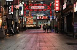 緊急事態宣言を受けて人影もまばらな日没後の新宿・歌舞伎町=東京都新宿区で2020年4月16日午後6時45分、長谷川直亮撮影
