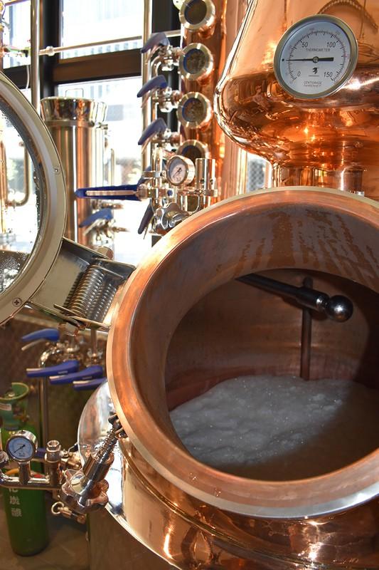 蒸留窯に張り込まれたビール。ここから一次蒸留に6、7時間かかる(筆者撮影)