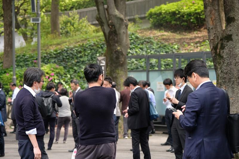 東京・新宿の喫煙スポット。屋内の喫煙規制で行き場のない愛煙家が集まる