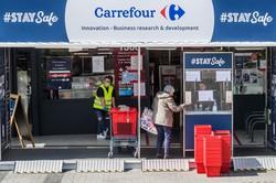 カルフール店舗入り口で手を洗う顧客(Bloomberg)